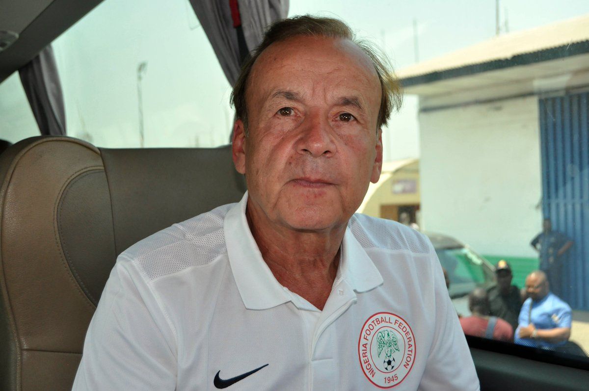 Egypt 2019 – Sodje offers advice to Rohr