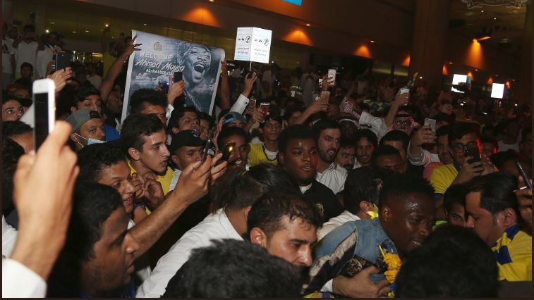Musa mobbed by Al Nassr fans after arriving at King Khaled Int'l Airport, Riyadh [Photos]