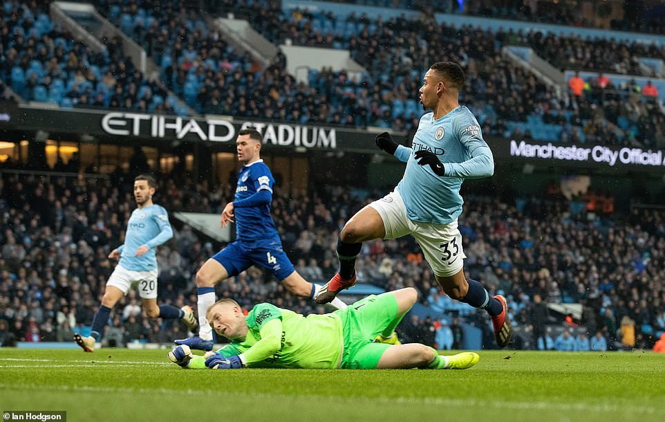 Manchester City go top after beating Everton 3-1