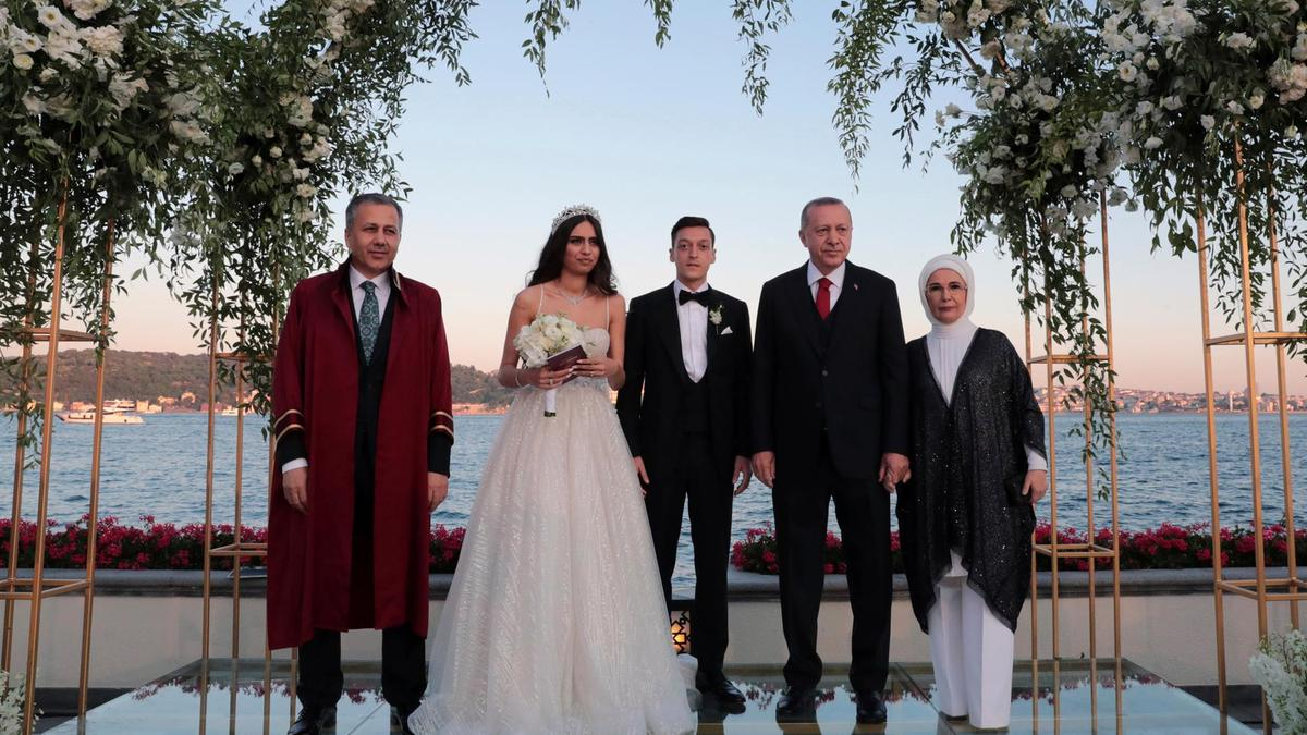 Ozil make Turki Presido Erdogan im Best Man as e marry for Istanbul