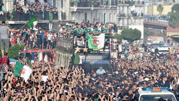 Mammoth Crowd pour out to welcome AFCON conquering Algeria, Zidane pays tribute